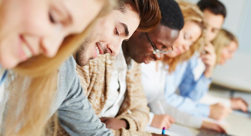 Studenten im Seminar lernen für Prüfung